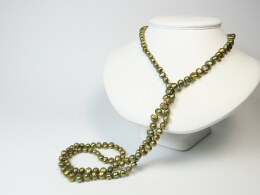 Zwei Ketten aus barocken bronzefarbenen Perlen, 100cm