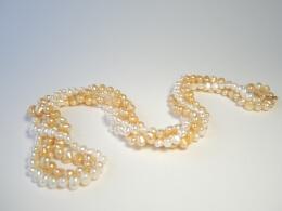 Zwei Ketten aus barocken Perlen in verschiedenen Farben