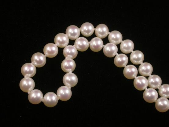 halskette mit glanzvollen Perlen