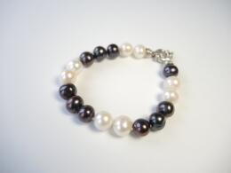 Armband mit barocken Perlen in weiß-grau