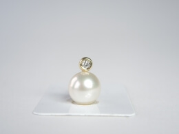 Glanzvolle Südseeperle an schönem Diamantanhänger, 11,5 mm, AAA