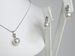 Set aus Südseeperlen mit je zwei kleinen Diamanten