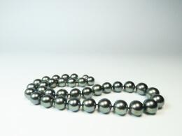 Tahiti-Collier aus glanzvollen barocken Perlen, 11-13 mm