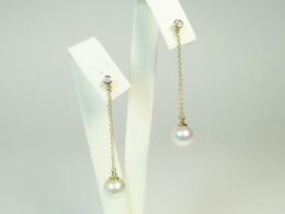 Akoyaperlen höchster Qualität an Goldkettchen mit Diamantstecker,