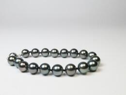 Nahezu makelloses Armband mit anthrazitfarbenen,  runden Tahitiperlen, 9-9,8 mm,AAA
