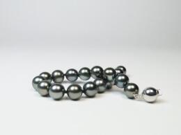 Nahezu makelloses Armband mit anthrazitfarbenen,  runden Tahitiperlen, 9,1-10mm,AAA