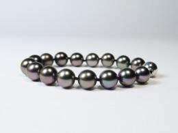 Attraktives Tahiti Armband mit dunklen glanzvollen Perlen