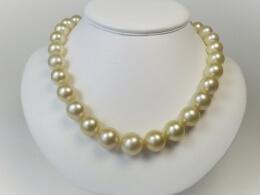 Majestätisches Südsee Perlen Collier, in Gold, 13-15,5mm, AAA