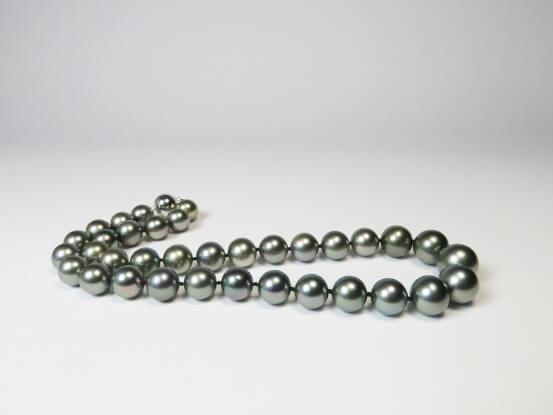 Graue Perlenkette