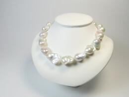 Barockcollier mit glanzvollen großen Perlen, 46 cm