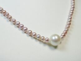 Attraktives Design mit Perlen in rosé und weiß
