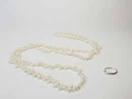 Charmantes Collier in weiss