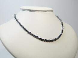 Kette mit winzigen grauen Perlen und Goldschließe, 3,5mm