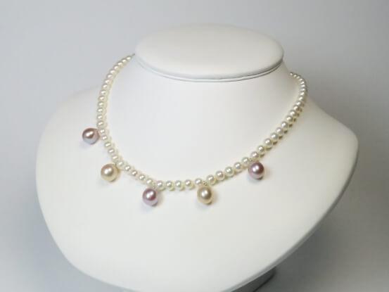 weiße Perlenkette mit farbigen Perlenanhänger