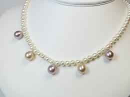 Kleine Perlenkette  mit 5 farbigen Perlenanhängern, AAA