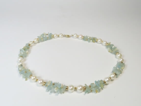 Kette aus Perlen und Blautopas