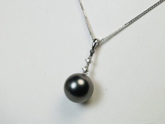 Anhänger mit grauer Perle