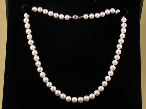 Kette mit weißen Perlen