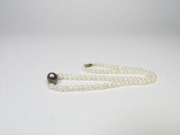 Kleine weiße Perlenkette mit großer runder grauer Perle