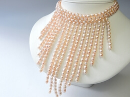 Perlenhalskette: Traumhafte Perlenkaskade in rosa