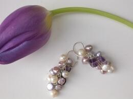 Ohrschmuck mit naturfarbenen Perlen und Amethyst
