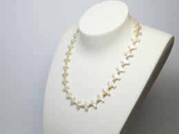 Große kreuzförmige Perlen in weiß und kleine runde Perlen in gold