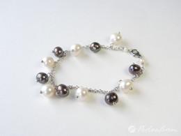 Tolles Armband mit 11 Perlanhängern in weiß und grau