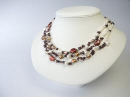Kette aus Perlen in weiß, rotbraun, bronze und Granat