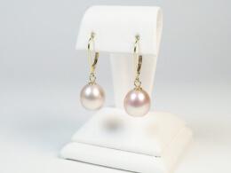 Gelbgoldohrhänger mit roséfarbenen Perlen