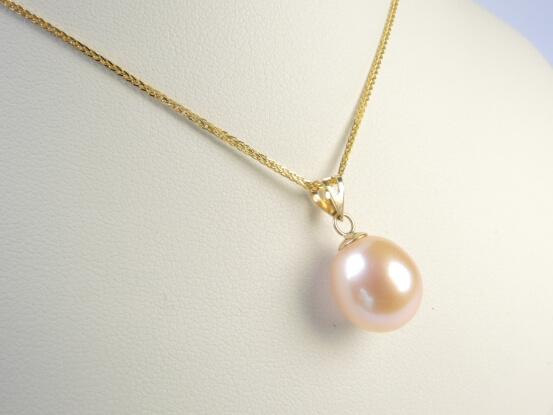 goldanhänger mit schöner perle in lavendel