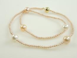 Kette aus kleinen und großen Perlen in apricot und weiß