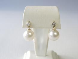 Glanzvolle Ohrringe mit  weißer Südsee Perle und Diamant
