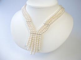 Raffiniertes Design aus weißen Perlen