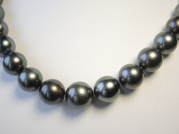 Schönes Collier mit runden anthrazitfarbenen Perlen mit ausgezeichnetem Lüster, 10,3-13,5mm, AA+