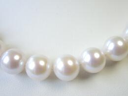 Eindrucksvolles Collier mit runden weißen Perlen, 10,3-11,3 mm, AAA