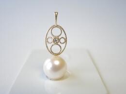 Glanzvolle weiße Perle an filigranem Goldanhänger, 14kt., 9-9,5mm