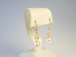 Filigrane goldene Ohrhänger mit schönen glanzwollen weißen Perlen, 8-8,5mm, 14kt
